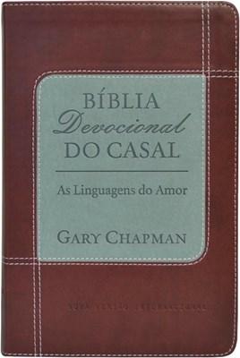 Bíblia Devocional do Casal com capa vermelha flexível com beiras prateadas